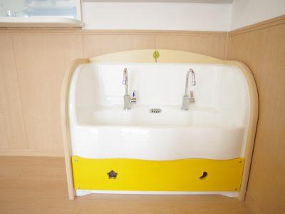 保育園での教育的視点と、便利さ視点を兼ね合わせたオーダーメイドの洗面台