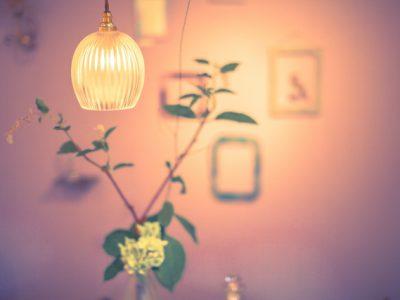 食卓の灯りをかえて、家族が集まるあたたかい雰囲気を出そう。